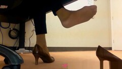 Dangling Foot Fetish - At the office - Vends-ta-culotte Thumb